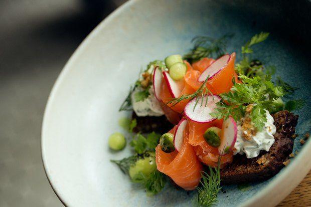 Успеть за15 минут: 7 рецептов быстрых завтраков — The Village Смёрребрёд со слабосолёным лососем
