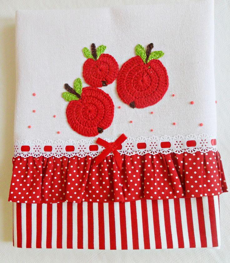 *** PANO DE PRATO com barrado listrado vermelho e babadinhos vermelho com poá branco e maças aplicadas em crochê *****    Hummm... Que delícia essas maçãzinhas... Venha fazer a feirinha em seus panos de prato, temos a escolher: pêras, uvas, cerejas, melancias, laranjas... Combine as frutinhas e p...