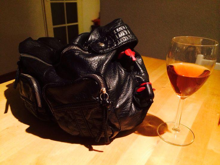 Taptas Stoere handtas met geïntegreerde tap voor wijn! Ideaal voor festivals of buitenactiviteiten! Zelf gemaakt binnen 3 min!     Benodigdheden: - Oude tas - Wijntap (te koop in de supermarkt) - Schaar    Beschrijving: Verwijder de doos van de tap, je houdt een zak wijn over met tuit. Maak onderin de tas een klein gat met de schaar. Frommel het tuitje van de zak door het gaatje, KLAAR!    NB. Vergeet geen plastic glazen mee te nemen! ;) PRoOST!