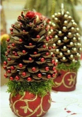Handmade Christmas crafts from pinecones photos.