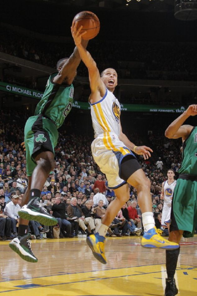 Stephen Curry #30 of the Golden State Warriors lays the ball up against Jeff Green #8 of the Boston Celtics on 29 Dec 2012 at Oracle Arena in Oakland