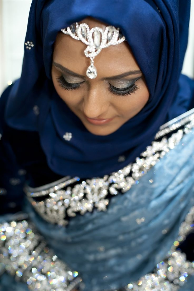 Stunning silver headchain accents a navy blue hijab- part of BFIW's 21 Hijab styles for Muslim Brides! NoorPhotography_SilverMaangTikka_Hijab_DSC_0291