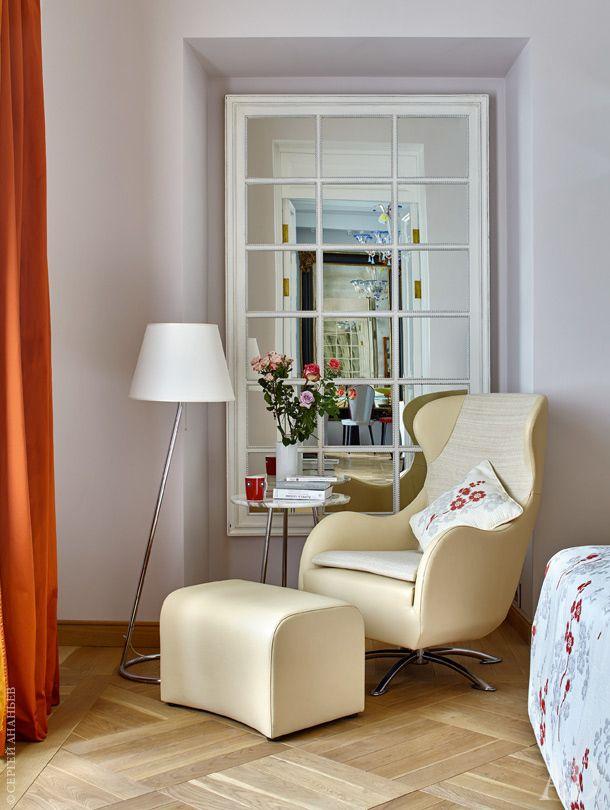 Фрагмент спальни. Стены комнаты выкрашены семью разными оттенками розового цвета. Зеркало имитирует окно, ананастоящем окне имеются ставни— чтобы в белые ночи свет немешал спать непривычным к этому явлению хозяевам-москвичам.