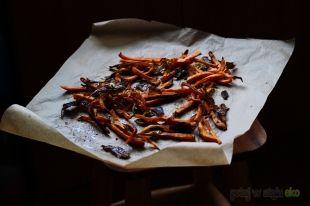 Frytki z batatów z chipsami z kapusty pekińskiej