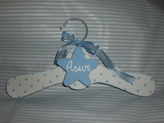 percha decorada y personalizada con nombre