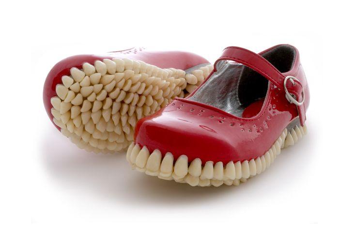 Дизайнеры Mariana Fantich и Dominic Young создали обувь с подошвой из настоящих зубов