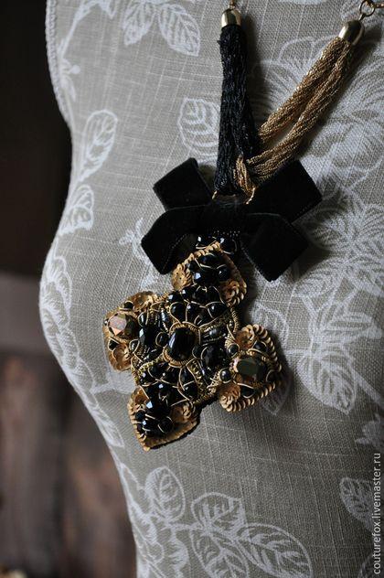 Купить или заказать Подвеска 'Королевский крест' в интернет-магазине на Ярмарке Мастеров. В продолжение черно-золотой темы я создала вот такую подвеску с крестом. Богатое тематическое украшение. В ручной вышивке на тонкой винтажной ткани стразы Сваровски, граненые стеклянные бусины, пайетки, канитель и трунцал, антикварная металлическая бахрома, японский бисер, черный жемчуг. Кроме этого, тут тонкие черные и золотые цепочки, бархатные ленты и шелковый бархат.