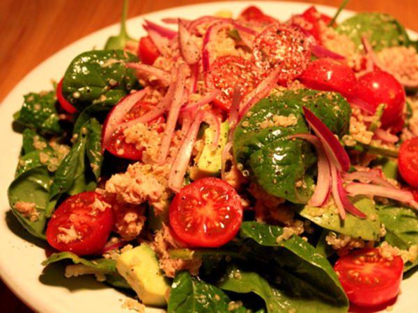 Quinoasallad med tonfisk och syltad lök