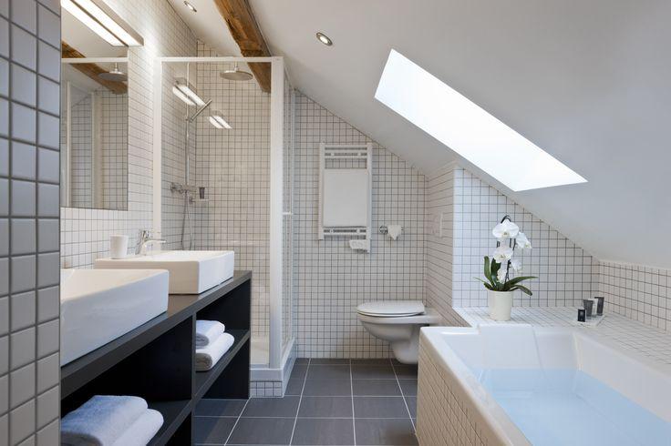 Les 25 meilleures id es de la cat gorie salle de bains for Seche serviette sous pente