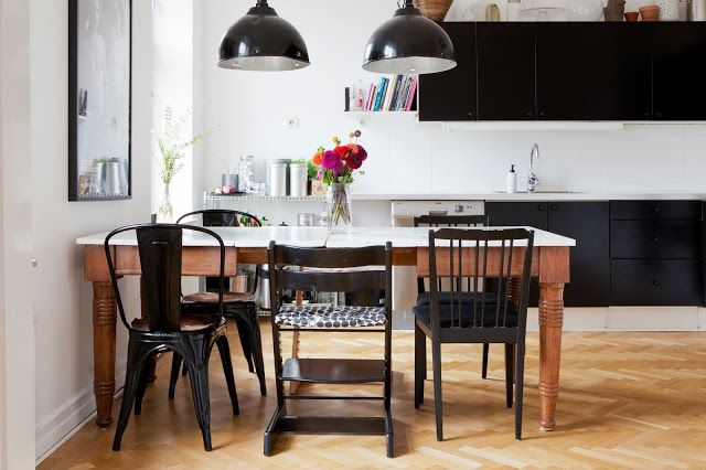 Love the two toned table and the mix of black chairs. This look could work for my round table that I plan to make into my dining room set at my next place. From my scandinavian home.