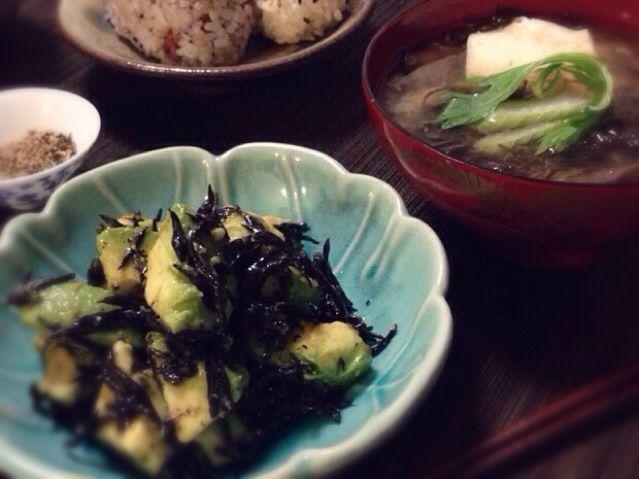 ミチャコさんワールドなお料理にまた挑戦です。アボカドのマリネサラダとモズクのお味噌汁。どちらも海藻たっぷり摂れてヘルシー❗ しかも美味しい〜  お味噌汁の具は他にお豆腐と、山形の実家から送って来たモダシという天然キノコ、トッピングにセロリです。  ニ品とも黒七味を使うのですが、黒七味は家にある材料で手作りしてみました。山椒、唐辛子、黒胡麻、白胡麻、芥子の実、青海苔が入っています。適当に作ったのであまり期待していなかったのですが、意外にも想像を超える美味しさでした。  ミチャコさん、またお世話になりました〜 - 140件のもぐもぐ - OMさんのヒジキのマリネサラダとモズクの味噌汁 with 手作り黒七味 by machimachicco
