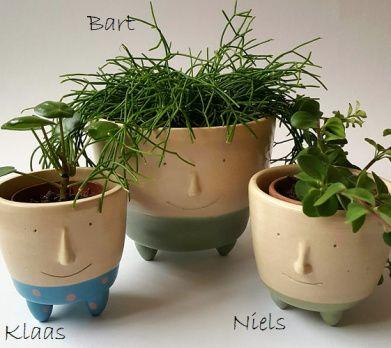 De serie Face it! bestaat uit plantenpotjes met een gezicht. Met een wild plantje erin lijkt het net of de potjes een ongekamde haardos hebben. Er is een hangpotje bij en ook een potje met een snor…