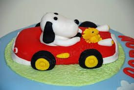 Snoopy dans sa voiture