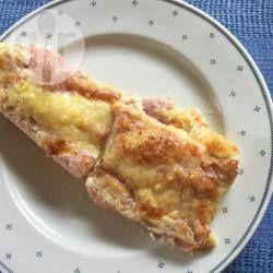 Witte asperges met ham, in de oven gegratineerd met een romig kaassausje. Eenvoudig om te maken en erg smakelijk! Serveer met gekookte aardappelen.