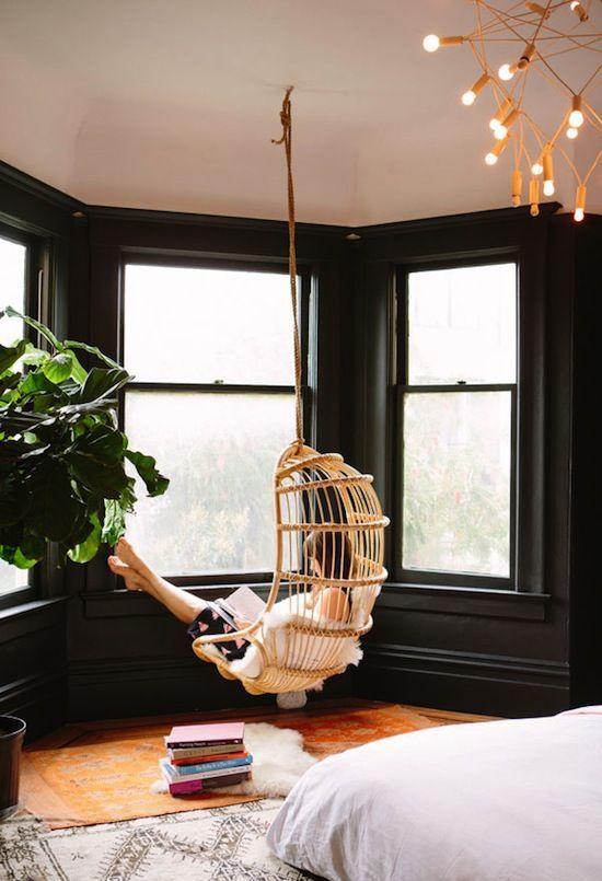Chaise suspendue dans bow window d'une maison victorienne à San Francisco.