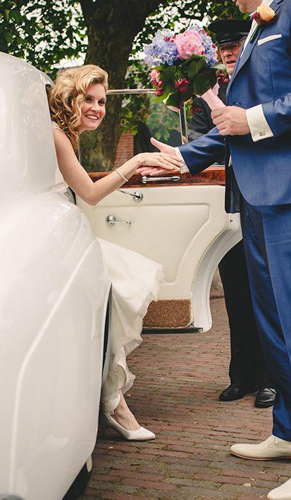 Het moment waarop je hebt gewacht. De aankomst per trouwauto bij Mereveld. Eindelijk je trouwjurk laten zien! #Mereveld Utrecht in TOP 5 populairste trouwlocaties van Nederland!