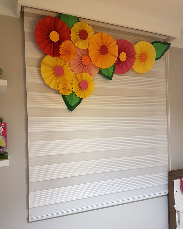 Decoração com flores de papel coloridas em quarto de menina. DIY #flowers