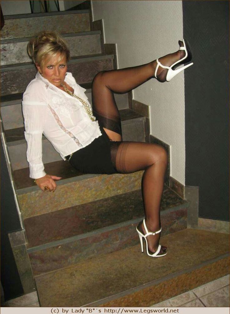 Annette schwarz pussy pose