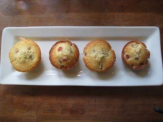 Disse muffins er ikke for folk, som tæller kalorier, men giv dig selv lov til at prøve dem - de er virkelig gode!    Rabarbermuffins    Opsk...