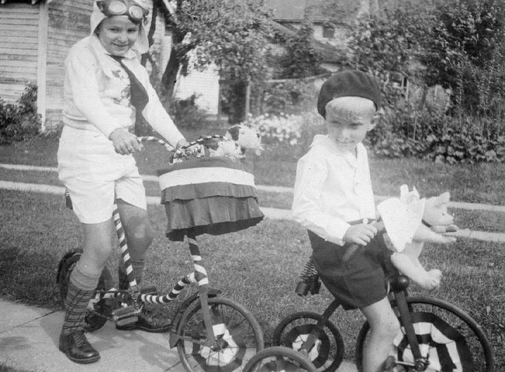 K715 Vtg Photo PET PARADE, WINNIE POOH, GOGGLES, BIKES DECOR, Elkhart IN c 1933