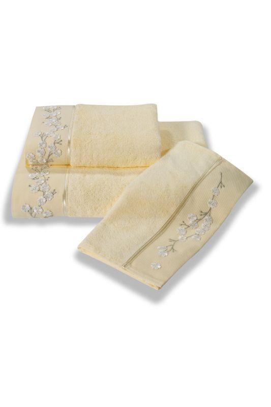 Zdobione ręcznik 32x50 cm, 50x100 cm i 85x150 cm są haftowanymi wiosennymi kwiatami i satynową wstążką. Ręczniki te mają 4x większą chłonność niż bawełna, są bardzo miękkie, delikatne i szybko schną. Ze względu na naturalne właściwości antybakteryjne są idealnym wyborem również do słabiej klimatyzowanych łazienek, gdyż nawet tam nie zatęchną.