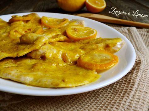In questa ricetta le classiche fettine di pollo sono accompagnate da un sughetto vellutato davvero succulento preparato con il curry.