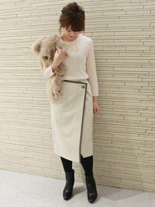 パイピングの配色がポイントのラップスカート。  ウール素材で暖かみがあるので、これからの季節にも最適