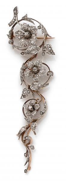 """ANNEES 1900 - BROCHE TRAINE FEUILLAGE - composée de trois pendants amovibles en or[...], mis en vente lors de la vente """"Importants Bijoux - Paris Precious Week """" à Tajan   http://Auction.fr"""