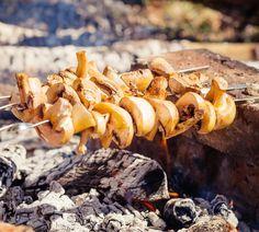 Mit diesem kostenlosen Rezept für köstlich marinierte Champignonspieße beweist ihr euren Gästen, dass gegrillte Pilze würzig und saftig zugleich sein können.