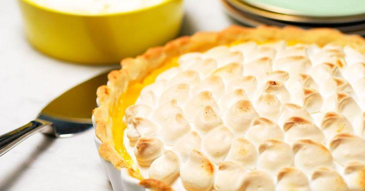 Citronpaj med maräng innehåller en krämig, sötsyrlig fyllning, frasig maräng och är vansinnigt god. En klick grädde till och lyckan är fullständig!