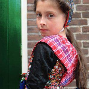 *Streekdracht* is de streekgebonden kleding die in veel plaatsen in Nederland gedragen werd. Nederlandse streekdrachten zijn afgeleid van de modekleding in verschillende periodes. De Volendamse dracht is door het toerisme kenmerkend geworden voor het beeld dat men in het buitenland van de Nederlandse 'klederdracht' heeft. Dit meisje is gekleed in de Staphorster dracht.