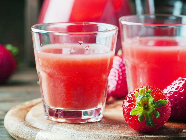 """Pur als süßer """"Kurzer"""", mit Prosecco als sommerlicher Apéritif oder Fruchtsoße mit Schuss -  so können Sie Erdbeerlimes  ganz einfach selber machen."""