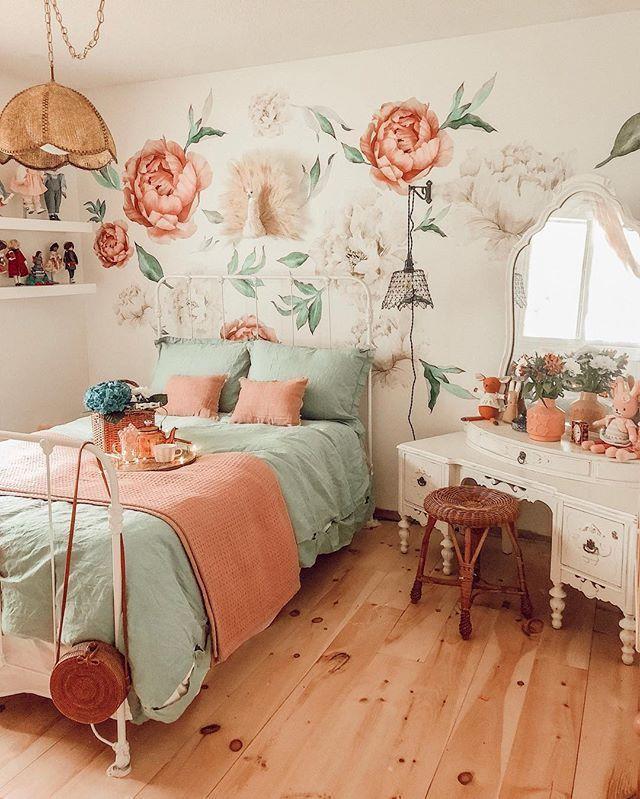 Große Blumenabziehbilder in einem wunderschönen türkisblauen und aqua Mädchen Schlafzimmer.