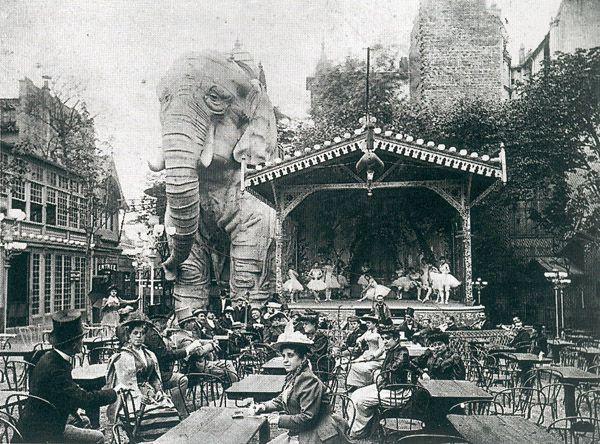 Le Moulin Rouge, à Paris, en 1900 - Histoire du Moulin Rouge ==> http://www.pariszigzag.fr/histoire-insolite-paris/histoire-moulin-rouge-paris