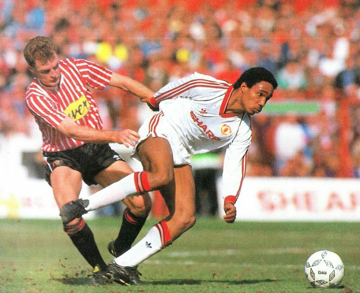 Sheffield Utd 0 Man Utd 1 in March 1990 at Bramall Lane. Paul Ince battles through midfield in the FA Cup 6th Round.