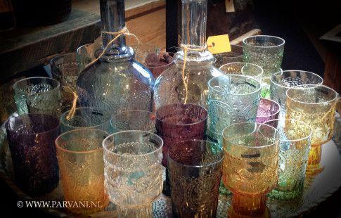 Parvani   Kleurige glazen, waterkannen en flessen met motief