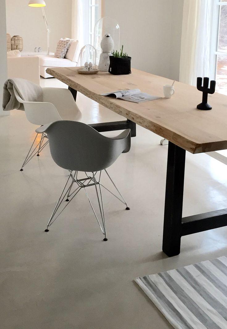 Eetkamer inspiratie | Eettafel met metalen onderstel en eiken blad met Eames (lookalike) stoelen | interieurinspiratie