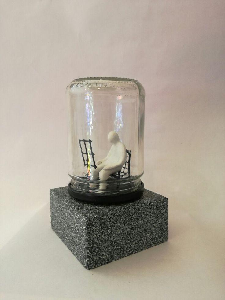 """UNO es como cada uno de nosotros. Con sus fantasías e incertidumbres. """"UNO y la música"""". A UNO le encanta la música pero no necesita de ninguna partitura. La lleva por dentro. 16,5 cm x 9,5 cm. Edición de 100. 150 €. Metal, vidrio, madera, resina policromada. #arte, #escultura, #popart, #pocketart, #UNO, #rudydaini. rudydaini.asesoria@gmail.com rudy.daini.org rdaini.blogspot.com.es"""