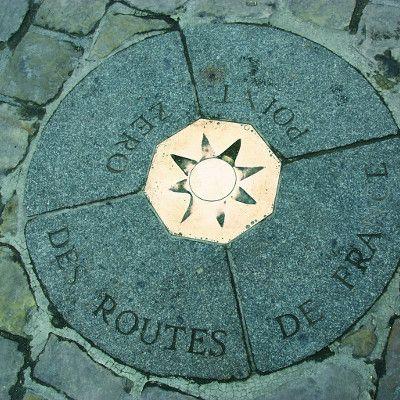 Le kilomètre 0, situé sur le Parvis de Notre Dame. C'est le point de départ pour calculer les distances par route.