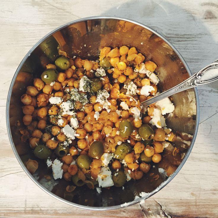 Salade Pois Chiches, Olives & Feta - Vite fait, bien fait, pour finir les restes d'olives et pois chiches et tutti quanti à la suite d'un apéro dînatoire copieux comme on sait si bien les faire :)