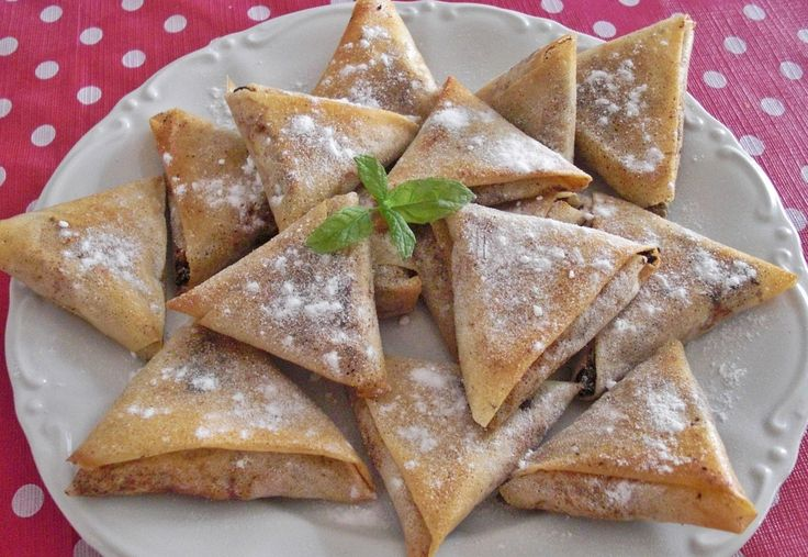 Assalamu Alaikum. Para hoy un delicioso plato típico de la gastronomía marroquí: los briwat de pollo, unos triángulos de masa brick rellenos de pollo. Hay que dedicarles un poco de tiempo pero el resultado es increíble. Ingredientes: 1 pollo halal cortado en 4 trozos 6 cebollas 3 huevos 1 palo de … Continúa leyendo Briwat de pollo (Triángulos de pollo)