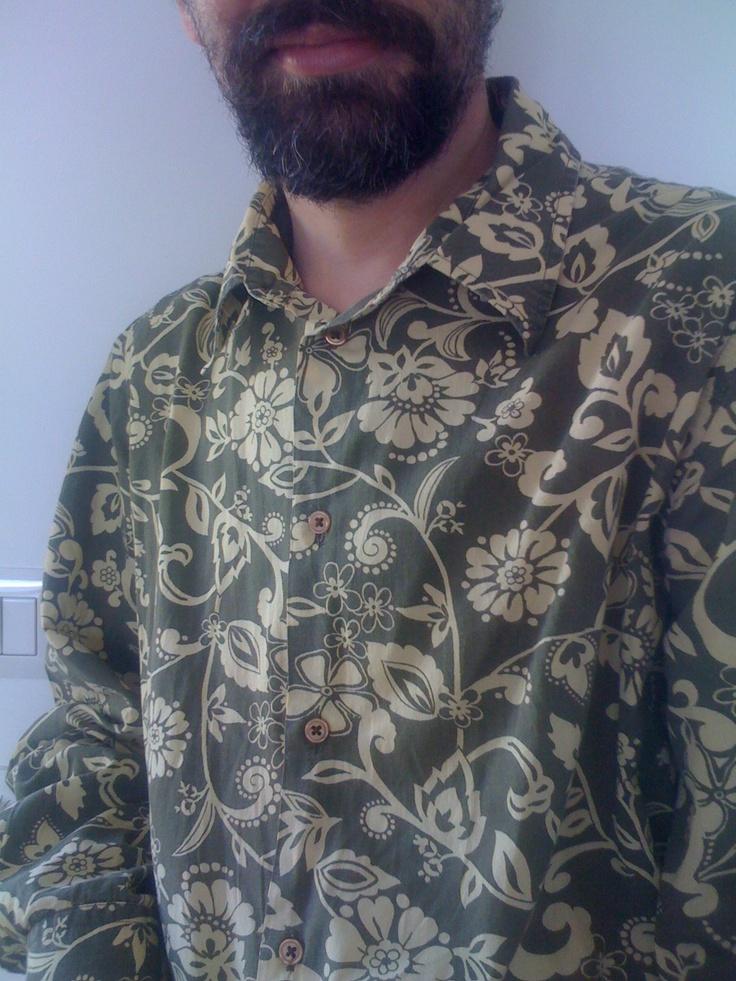 Ecco la camicia stile Hawaiiano, dall'etichetta incomprensibile: scopriremo presto da dove arriva!