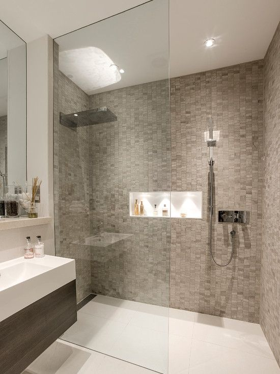 Banheiro com pastilha clara e nicho embutido no Box