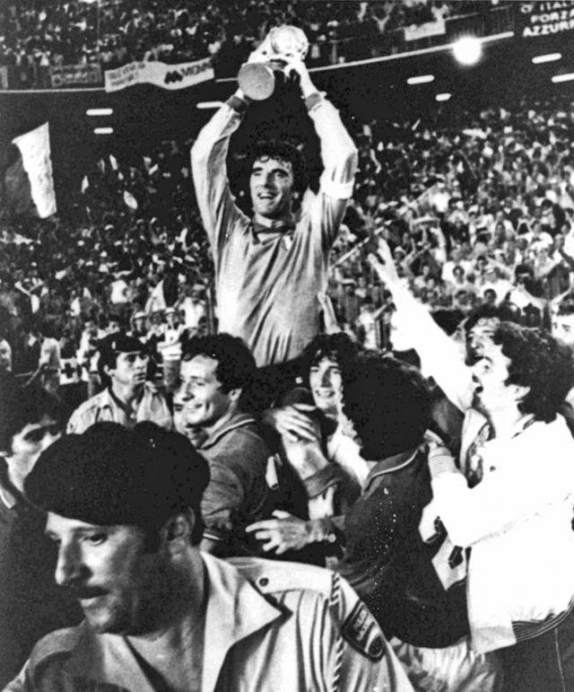 Dino Zoff alza la Coppa del Mondo - 1982 (AP)
