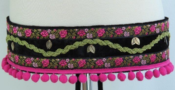 CINTURÓN ROSAL -  Terciopelo negro, hojitas de metal, pasamanería con motivo rosal, fleco de madroños. Se ata con tiras de terciopelo. Medida cinturón: 79 cm. Medida tiras: 57 cm. Precio: 35 €