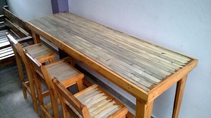 Barra de pino brasil recuperado 6 banquetas haciendo for Barra bar madera dibujo