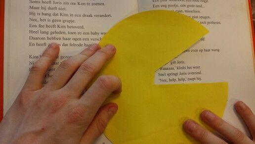"""Hoe verhoog je een leestempo? Maak een """"Pacmannetje"""" van papier dat de letters """"opeet"""". Kinderen vinden dit spannend en gaan automatisch sneller lezen!"""