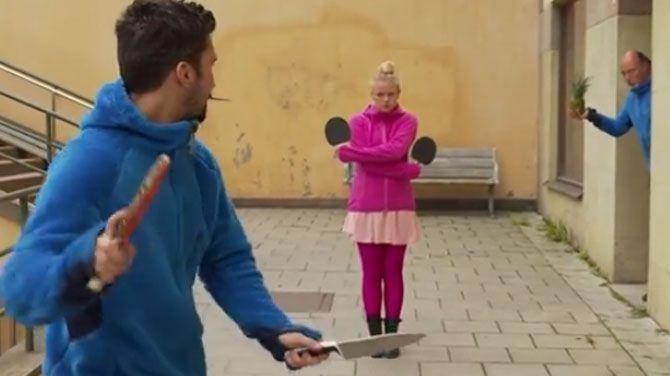Gevaarlijk spel: pingpong met keukenmessen