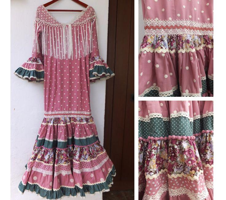 Este precioso traje canastero, está diseñado según una línea de tonos empolvados, combinando telas desde lunares a estampados florales. El...