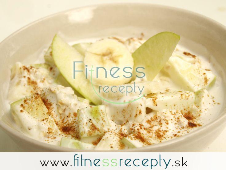Potrebujeme: Polovicu banánu Polovicu jablka 1 biely jogurt Škoricu 1 ½ PL ovsených vločiek Nutričné hodnoty: 1 149 kJ Bielkoviny: 11 g Sacharidy: 54 g Tuky: 2 g  Postup: Vmiske zmiešame banánové kolieska, kúsky jablka, biely jogurt a ovsené…